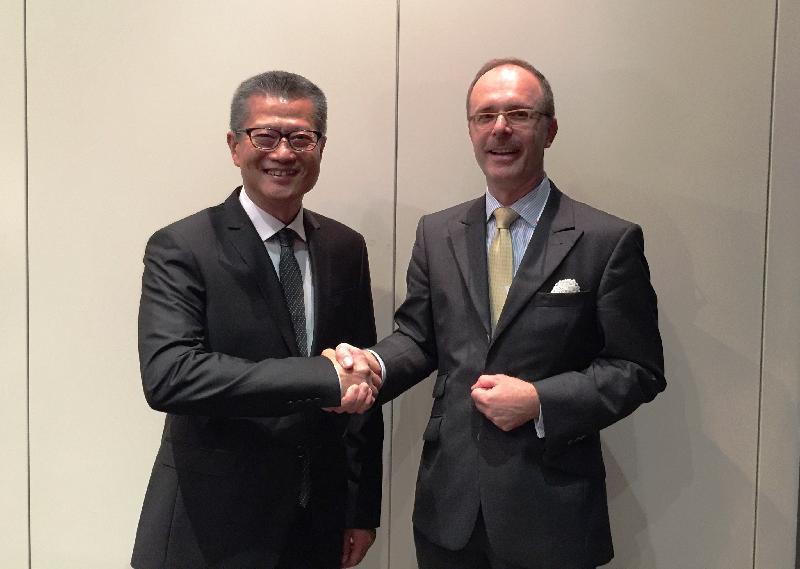 財政司司長陳茂波(左)於七月六日(漢堡時間)與德國聯邦財政部國務秘書Thomas Steffen博士(右)會面。