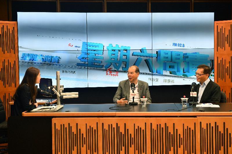政務司司長張建宗(中)今早(七月八日)出席香港電台節目「星期六問責」。