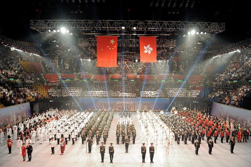 「國際軍樂匯演」七月十三至十五日(星期四至六)晚上八時在香港體育館舉行。尚有部分視線受阻的一百五十元門票公開發售。圖為二○一二年「國際軍樂匯演」的演出照片。