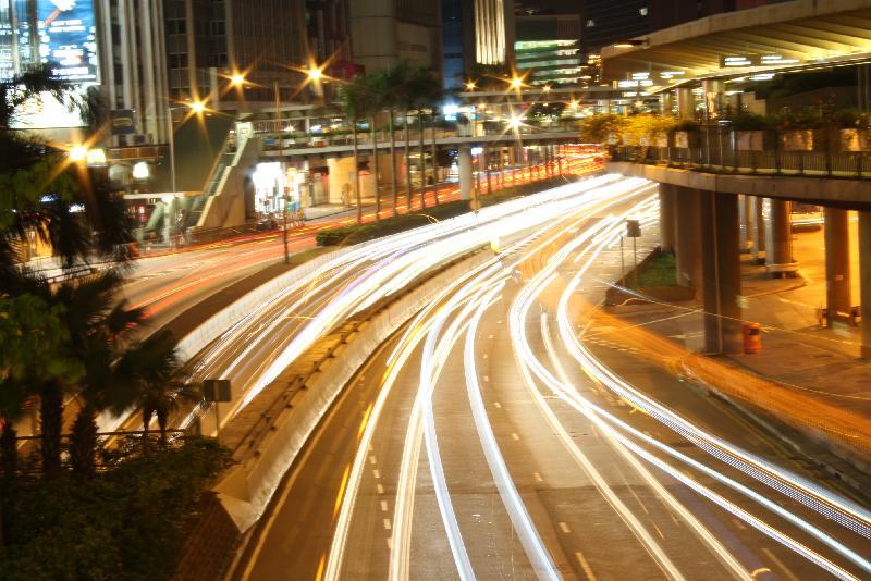「我眼中的香港」攝影比賽巡迴展覽於七月十五日(星期六)下午二時至五時在葵青劇院廣場舉行。圖示該比賽的冠軍作品,題目為「不休息的都市」。