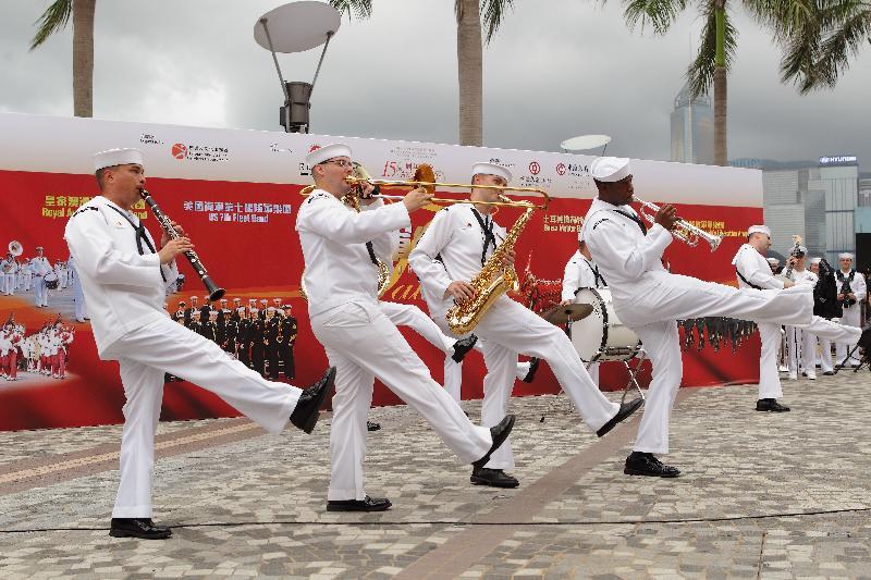 「國際軍樂匯演」戶外嘉年華七月十五及十六日(星期六及日)下午二時三十分至五時三十分在香港文化中心露天廣場舉行。圖為二○一二年舉行的「國際軍樂匯演」戶外嘉年華。