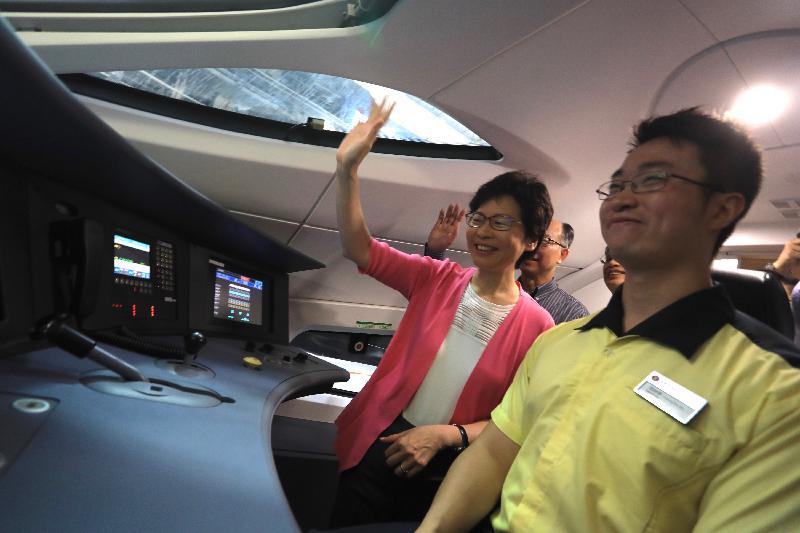 行政長官林鄭月娥今日(七月九日)上午到訪廣深港高速鐵路(高鐵)香港段石崗列車停放處,參觀已付運到港的高鐵列車。圖示林鄭月娥(左一)參觀駕駛室。