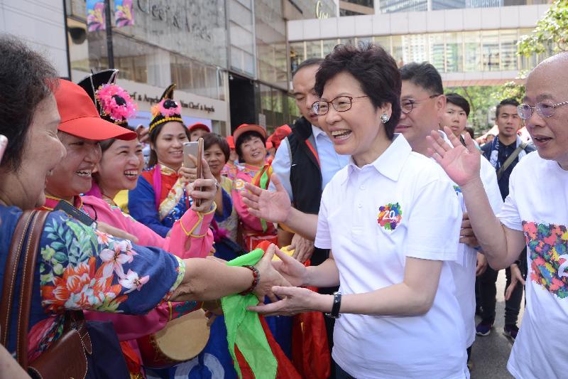 行政長官林鄭月娥今日(七月九日)出席中國傳統文化廟會嘉年華。圖示林鄭月娥(右)參觀嘉年華。