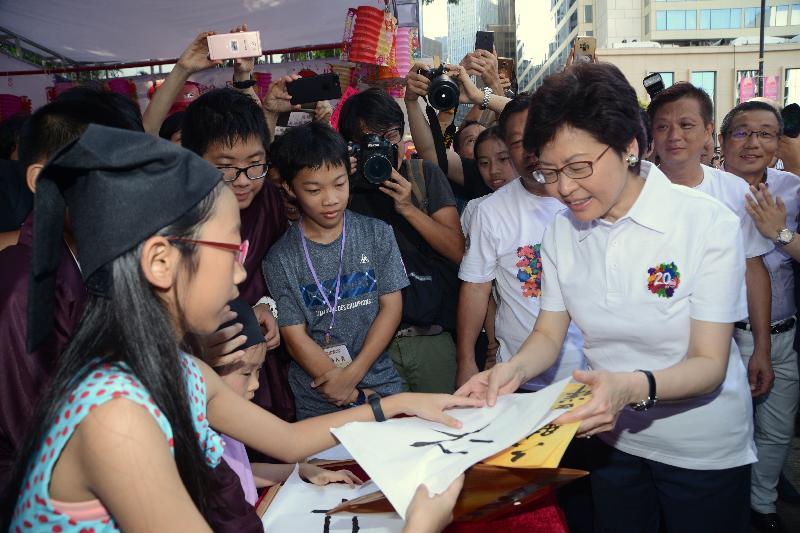 行政長官林鄭月娥今日(七月九日)出席中國傳統文化廟會嘉年華。圖示林鄭月娥(右)參觀嘉年華攤位。