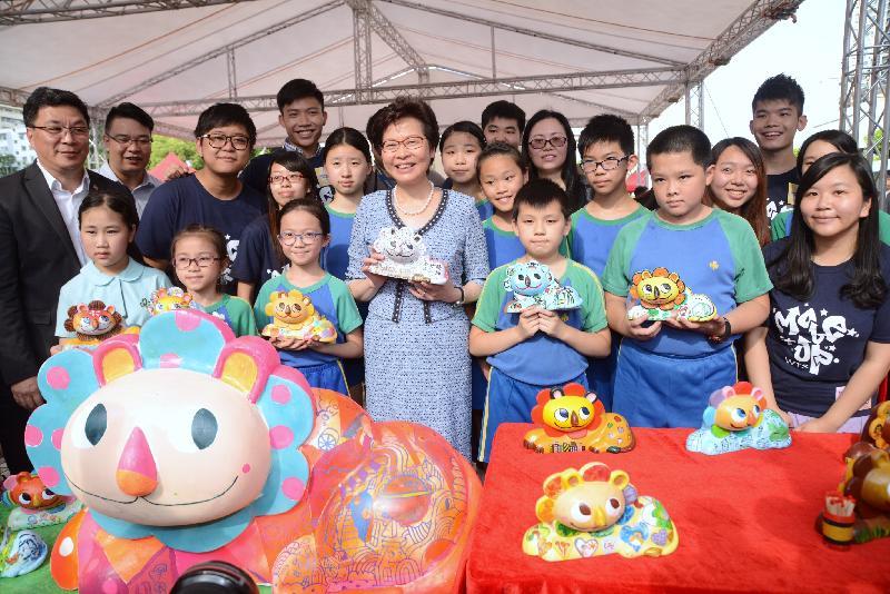 行政長官林鄭月娥今日(七月十日)出席慶祝香港特別行政區政府成立二十周年黃大仙廣場開幕嘉年華。圖示林鄭月娥(前排中)參觀攤位。