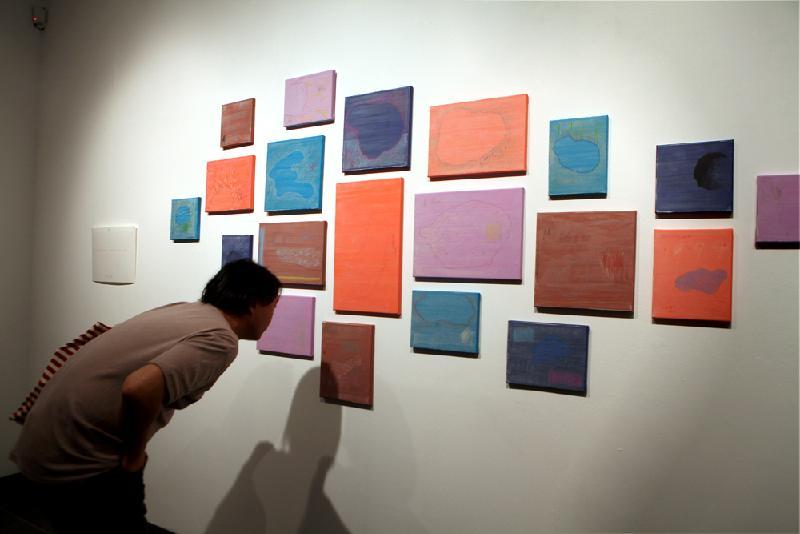 由七月七日至十月二十九日(曼徹斯特時間)在曼徹斯特華人當代藝術中心展出的 「From Ocean to Horizon」,其作品展現香港的演變,以及在今日香港生活和工作的獨特看法。此展覽是倫敦經濟貿易辦事處為慶祝香港特別行政區成立二十周年而贊助的活動。