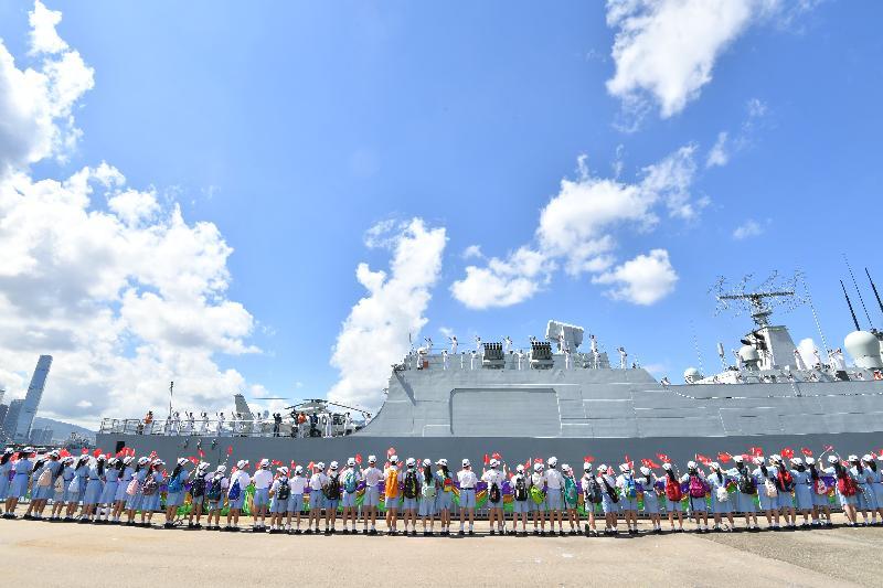 昂船洲軍營今早(七月十一日)舉行中國人民解放軍遼寧艦航母編隊離港歡送儀式。圖示出席儀式的學生代表向編隊道別。