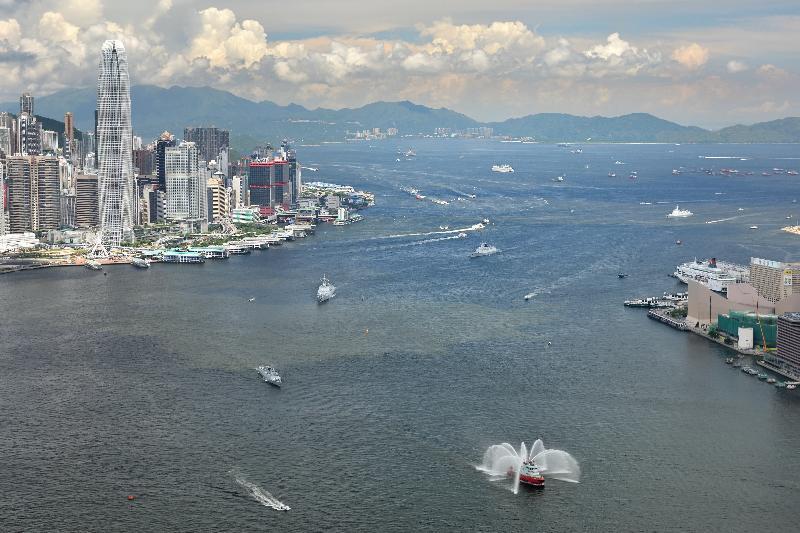 中國人民解放軍遼寧艦航母編隊屬艦今早(七月十一日)離港時駛經維多利亞港。