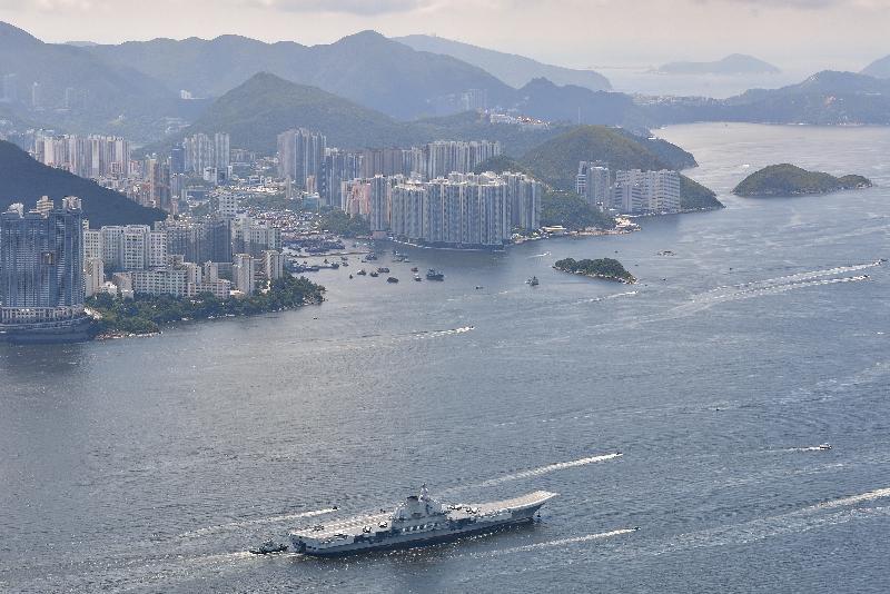 中國人民解放軍航空母艦遼寧號今早(七月十一日)駛離香港。