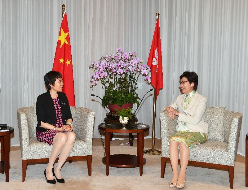 行政長官林鄭月娥(右)今日(七月十一日)下午在行政長官辦公室與國際民用航空組織秘書長柳芳博士(左)會面。
