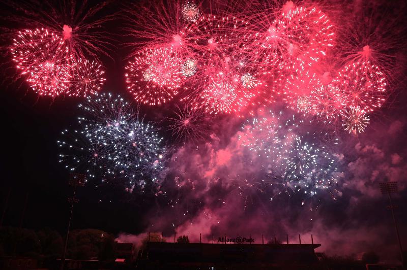 由香港駐倫敦經濟貿易辦事處支持的慶祝香港特別行政區成立二十周年晚會於七月九日(倫敦時間)在英國倫敦舉行,晚會以精彩的煙花匯演作結。