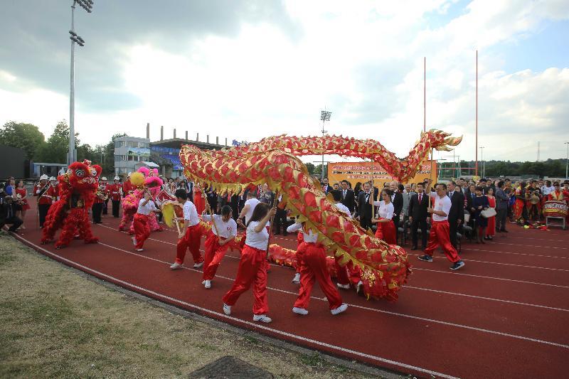 由香港駐倫敦經濟貿易辦事處支持的慶祝香港特別行政區成立二十周年晚會於七月九日(倫敦時間)在英國倫敦舉行,晚會中有傳統醒獅和舞龍助慶。