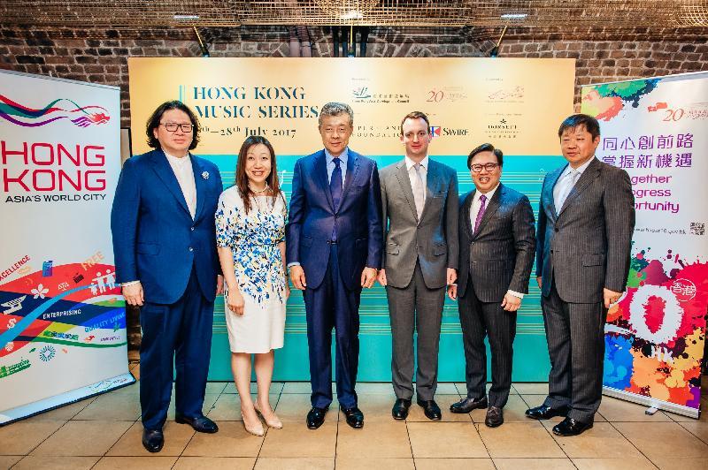 香港駐倫敦經濟貿易辦事處處長杜潔麗(左二)與(左起)Pureland Foundation創辦人Bruno Wang(左一)、中國駐英國大使劉曉明(左三)、國泰航空董事施維新(左四)、香港藝術發展局主席王英偉博士(左五)以及中國駐英國大使館公使銜參贊項曉煒(左六),出席在史密斯廣場聖約翰教堂舉行的「香港音樂系列」開幕音樂會《Music Interflow – A Dialogue of Two Cultures》。