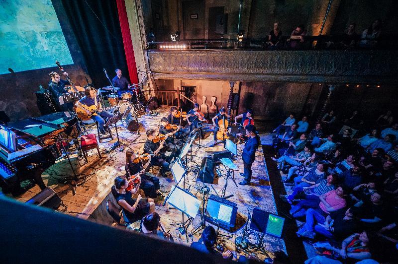 「香港音樂系列」音樂會《禾‧日‧水‧巷》於七月八日(倫敦時間)在倫敦Wilton's Music Hall舉行,把電影、爵士樂和古典音樂共冶一爐,展現香港大都會景貌、急速的生活節奏和令人忘憂的好去處。「香港音樂系列」是香港駐倫敦經濟貿易辦事處為慶祝香港特別行政區成立二十周年而支持的活動之一。