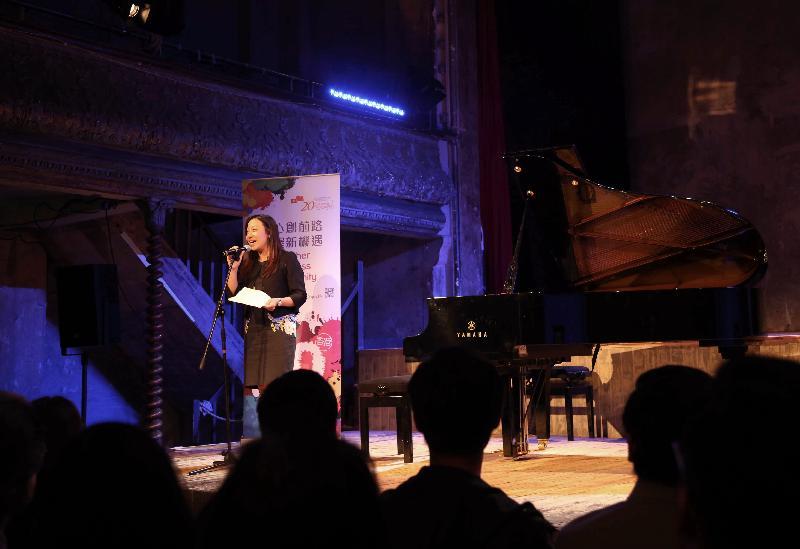 香港駐倫敦經濟貿易辦事處(倫敦經貿處)處長杜潔麗,於七月十日(倫敦時間)在倫敦Wilton's Music Hall舉行的「香港音樂系列」的音樂會《指魔俠x琴戀克拉拉xSMASH》上致辭。「香港音樂系列」是倫敦經貿處為慶祝香港特別行政區成立二十周年而支持的活動之一。