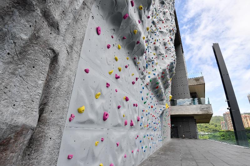 青衣西南體育館其中一個特色是建有一幅高達15米的戶外運動攀登牆,是首次在葵青區內提供的設施,共設八條不同難度的攀爬線,讓運動攀登愛好者一顯身手。
