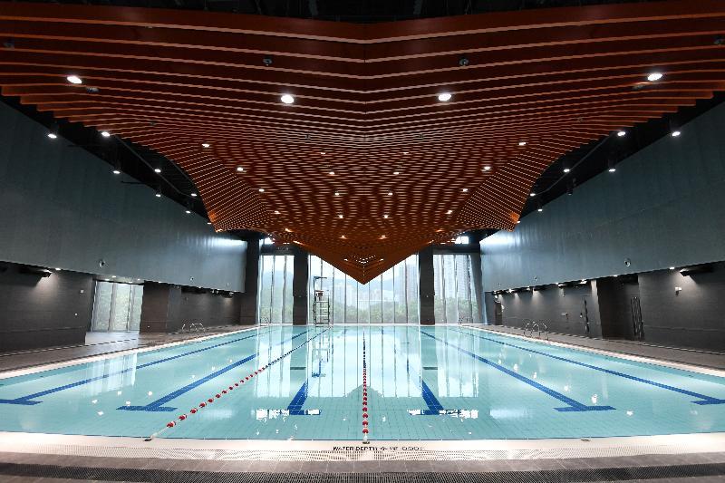 全新的青衣西南游泳池是葵青區第四個游泳池,亦是區內首個室內暖水游泳池。游泳池為25米乘15米,設有六條泳線。