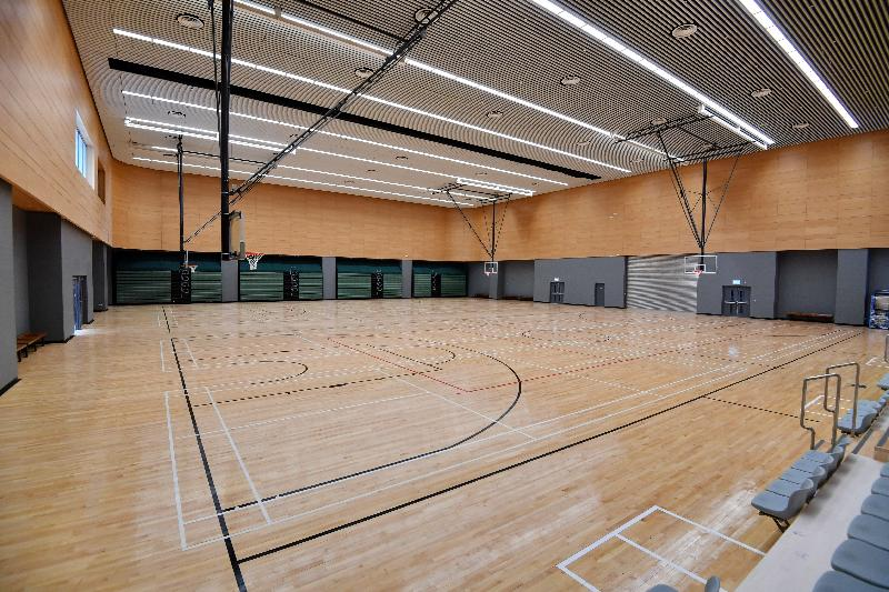 With a total area of about 6 700 square metres, the Tsing Yi Southwest Leisure Building provides a wide range of leisure and sports facilities, including Tsing Yi Southwest Sports Centre on the first to third floors. Photo shows the multi-purpose arena that can be used as two basketball courts or two volleyball courts or eight badminton courts.