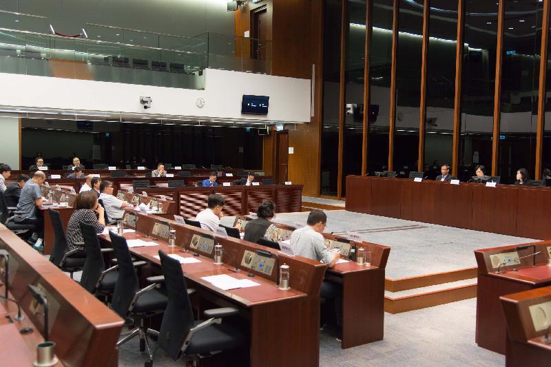 立法會議員與東區區議會議員今日(七月十四日)在立法會綜合大樓就「市區車房」的安全問題交換意見。