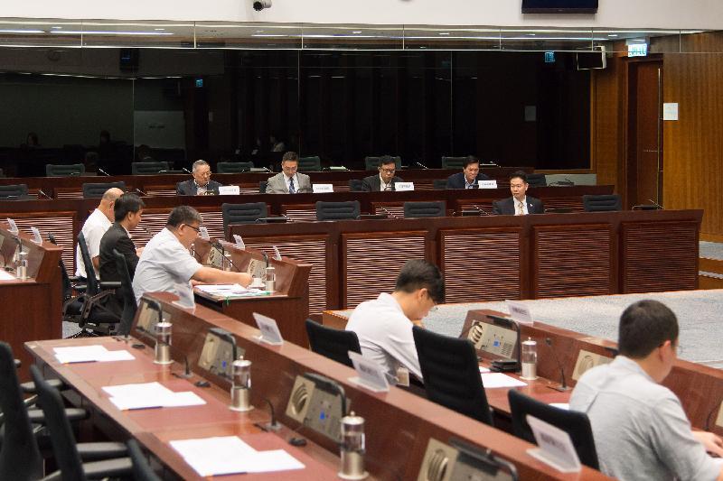 立法會議員與東區區議會議員今日(七月十四日)在立法會綜合大樓舉行會議,討論要求港鐵港島綫延伸至小西灣。
