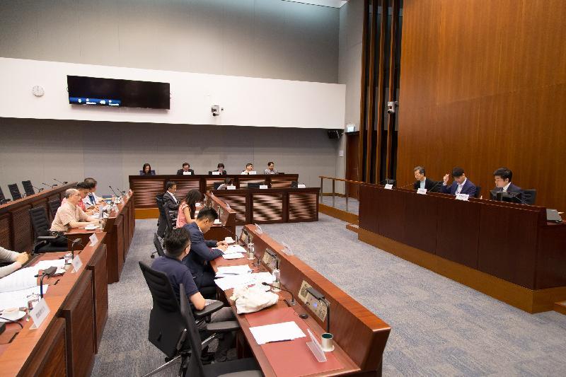 立法會議員與深水埗區議會議員今日(七月十四日)在立法會綜合大樓舉行會議,討論樓宇維修工程的圍標問題。