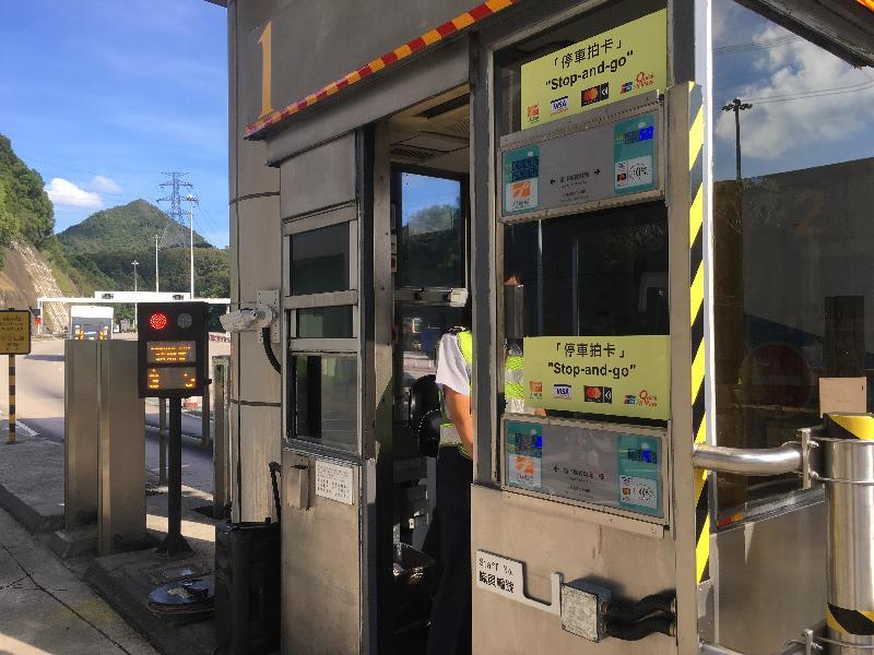 運輸署在下星期日(七月二十三日)率先於城門隧道人手收費亭推出「停車拍卡」式電子繳費系統,接受四種電子繳費方式,分別為八達通、Visa payWave、感應式Mastercard和銀聯閃付。
