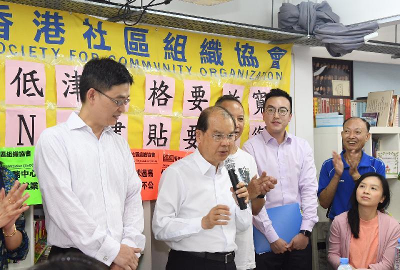 政務司司長張建宗(左二)今日(七月十四日)下午在深水埗與香港社區組織協會成員及居民代表會面,商討社會福利政策事宜,並在會上發言。
