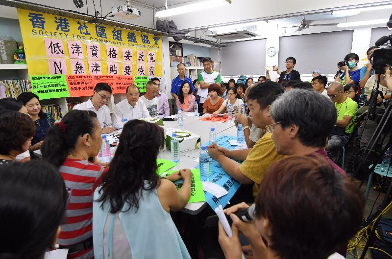 政務司司長張建宗今日(七月十四日)下午在深水埗與香港社區組織協會成員及居民代表會面,商討社會福利政策事宜。圖示張建宗在會上聽取居民的意見。