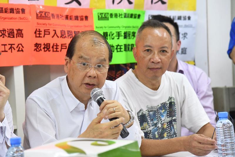 政務司司長張建宗今日(七月十四日)下午在深水埗與香港社區組織協會成員及居民代表會面,商討社會福利政策事宜。圖示張建宗(左)在會上回應居民的意見。旁為香港社區組織協會主任何喜華(右)。