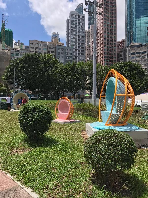二十組別具創意的藝術座椅將由七月二十三日起於全港十八區共二十個康樂及文化事務署轄下戶外場地展出。圖示於跑馬地公園展示的座椅,亦可作為聲音雕塑供遊人以聲音互動。