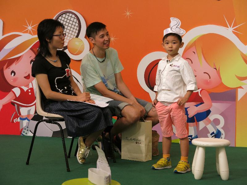 由香港公共圖書館舉辦的「2017年閱讀繽紛月」,由現時起至八月二十日提供一系列有趣的閱讀活動。圖示早前舉行的親子演繹比賽。