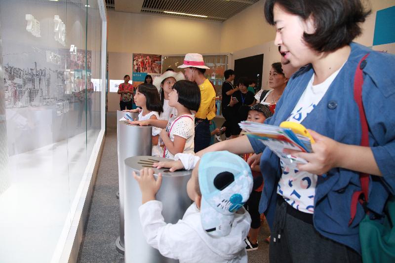 由香港特別行政區政府在北京中國國家博物館舉辦的「香港回歸祖國二十周年——同心創前路 掌握新機遇」成就展於今日(七月十六日)圓滿結束。展廳入口處的「同心圓」互動裝置,緊扣展覽的「同心」主題,倍受參觀者歡迎。