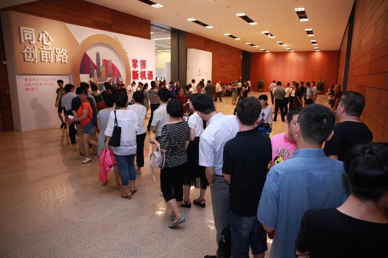 由香港特別行政區政府在北京中國國家博物館舉辦的「香港回歸祖國二十周年——同心創前路 掌握新機遇」成就展於今日(七月十六日)圓滿結束。為期三周的成就展吸引各界人士的廣泛關注,觀展人群絡繹不絕。