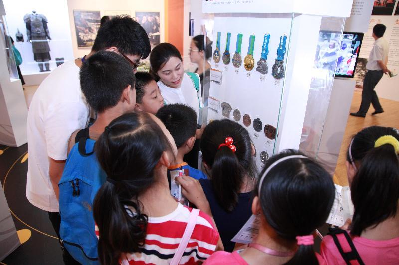 由香港特別行政區政府在北京中國國家博物館舉辦的「香港回歸祖國二十周年——同心創前路 掌握新機遇」成就展於今日(七月十六日)圓滿結束。小朋友對體育獎牌展品倍感興趣。