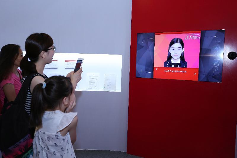 由香港特別行政區政府在北京中國國家博物館舉辦的「香港回歸祖國二十周年——同心創前路 掌握新機遇」成就展於今日(七月十六日)圓滿結束。展區內的「回到20年前的自己」互動遊戲特別受觀眾歡迎。
