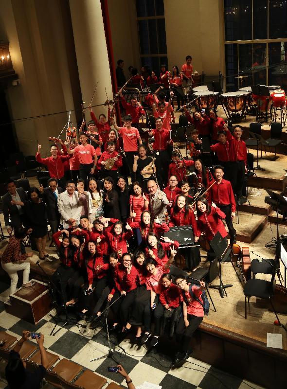 香港駐倫敦經濟貿易辦事處處長杜潔麗七月十三日(倫敦時間)在倫敦史密斯廣場聖約翰教堂與香港青年音樂訓練基金青年中西樂樂團合照。
