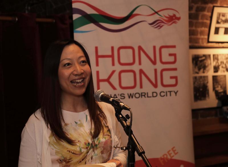 香港駐倫敦經濟貿易辦事處處長杜潔麗七月十三日(倫敦時間)在香港青年音樂訓練基金青年中西樂樂團於倫敦史密斯廣場聖約翰教堂的音樂會前的酒會上致辭 。