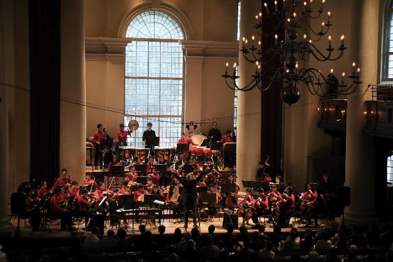 香港青年音樂訓練基金青年中西樂樂團七月十三日(倫敦時間)於倫敦史密斯廣場聖約翰教堂的台上演奏。