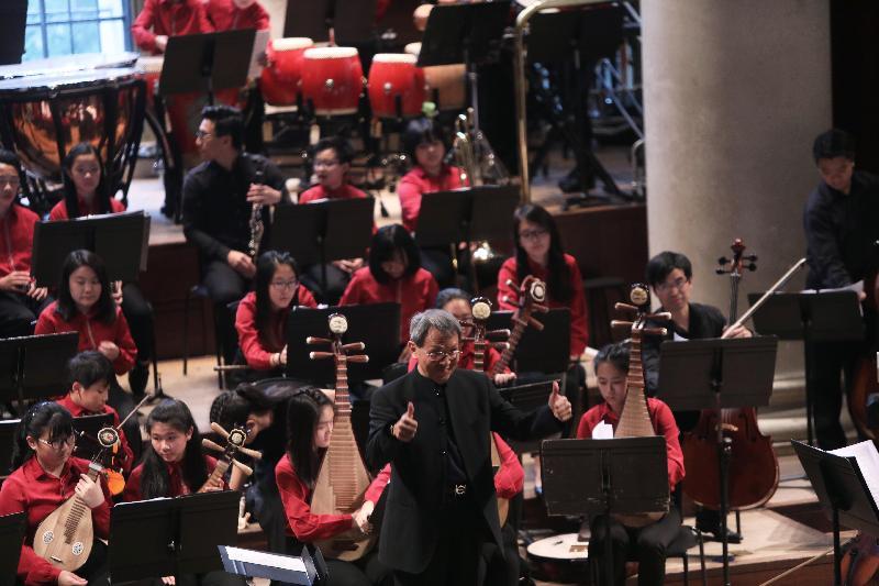 青年音樂訓練基金創會主席蕭炯柱(中)七月十三日(倫敦時間)在香港青年音樂訓練基金青年中西樂樂團於倫敦史密斯廣場聖約翰教堂的音樂會擔任指揮。
