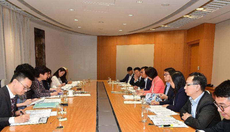 行政長官林鄭月娥(左三)今日(七月十七日)下午在行政長官辦公室會見民主建港協進聯盟的立法會議員,諮詢他們對《施政報告》的意見。