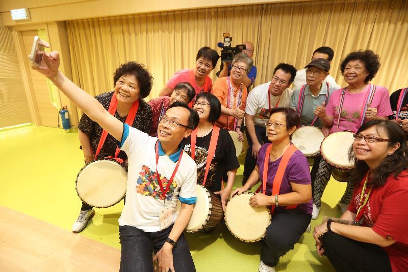 政制及內地事務局局長聶德權(前)今日(七月十八日)到訪保良局劉陳小寶長者地區中心,與參與音樂課的長者自拍。