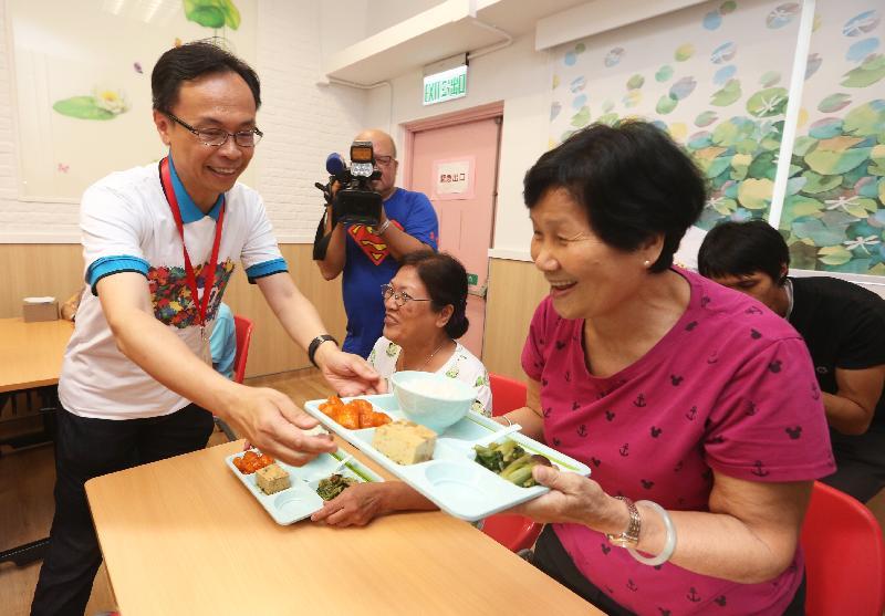 政制及內地事務局局長聶德權(左)今日(七月十八日)在保良局劉陳小寶長者地區中心為長者送上午膳。