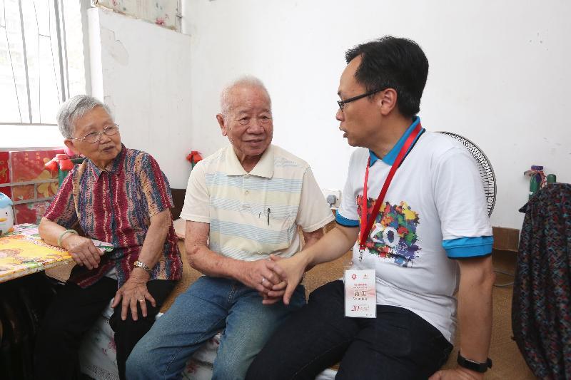 政制及內地事務局局長聶德權(右)今日(七月十八日)到觀塘區進行「共慶回歸顯關懷」家訪活動,探訪長者家庭,與長者閒話家常。