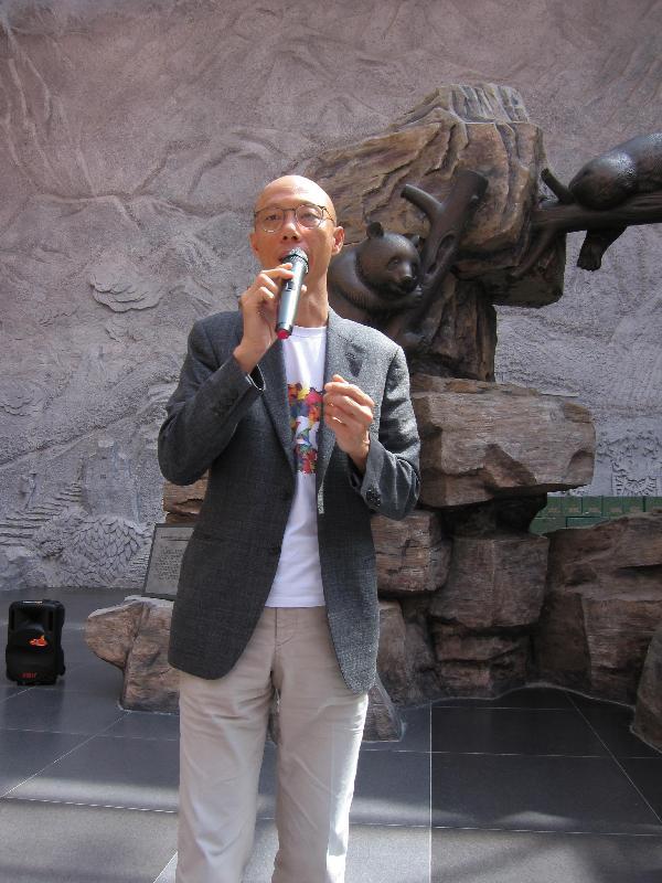環境局局長黃錦星今日(七月十八日)在四川為四川臥龍國家級自然保護區青年實習計劃主持開學禮。他在開學禮上表示,期望青少年積極投入保育自然生態。