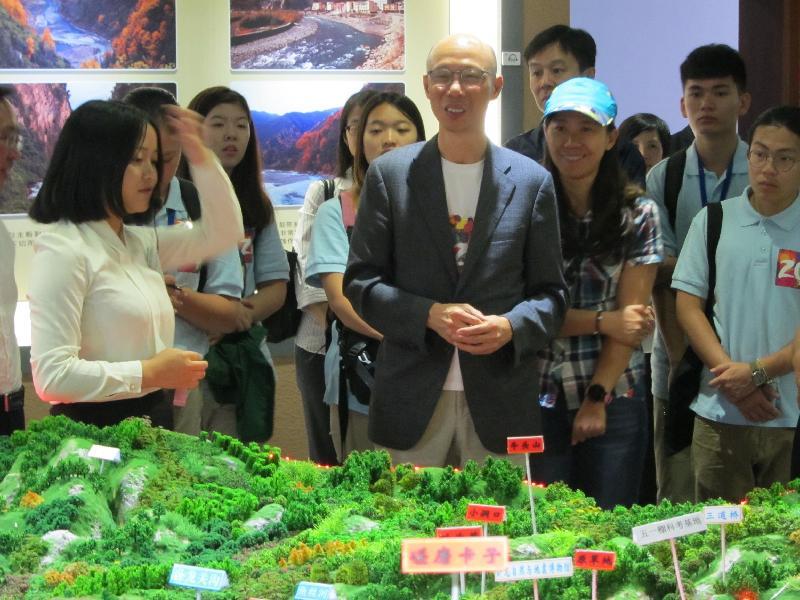 環境局局長黃錦星(前右三)今日(七月十八日)到訪四川,參觀臥龍自然與地震博物館,了解當地保育多種珍貴及瀕危物種的工作。