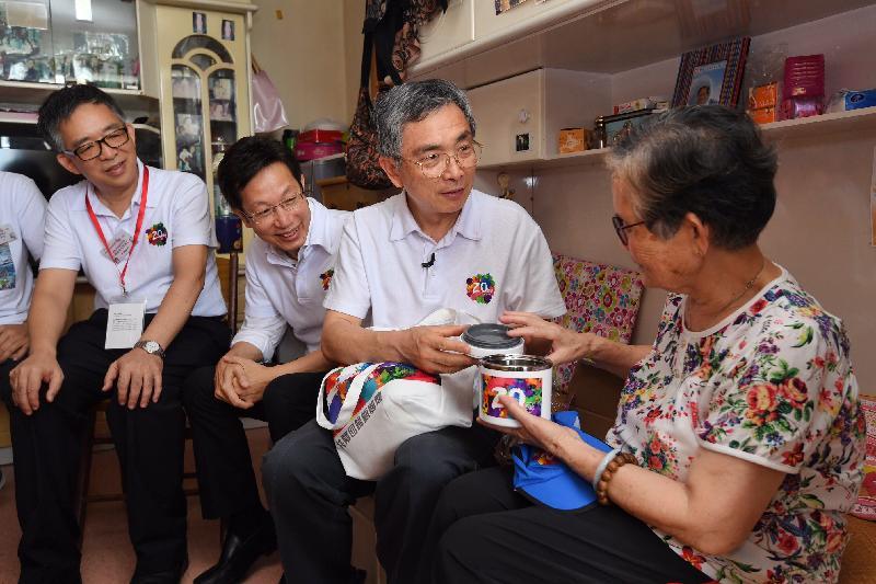 財經事務及庫務局局長劉怡翔(右二)今日(七月十九日)上午探訪石排灣邨的長者,了解其生活情況和需要,表達關懷。