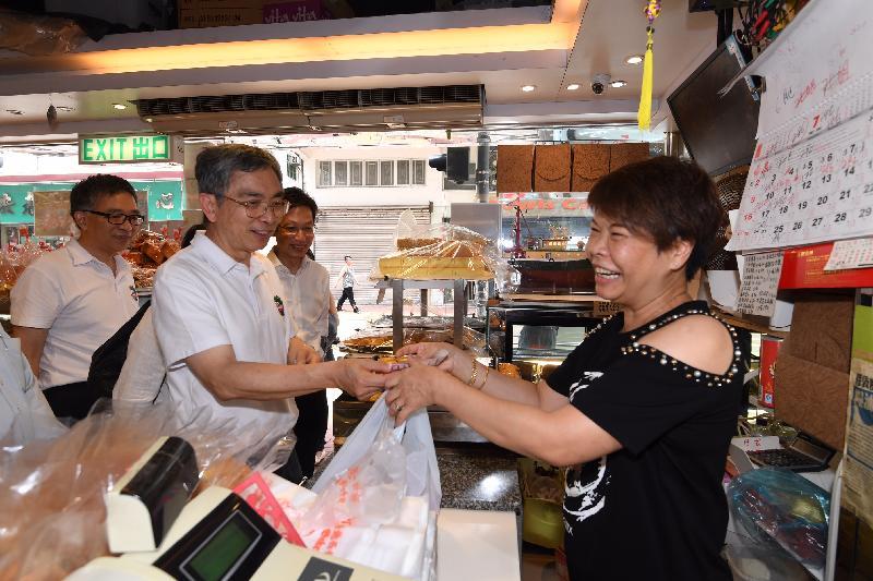 財經事務及庫務局局長劉怡翔(左二)今日(七月十九日)上午到訪南區一間傳統麵包鋪,了解店主的經營環境。