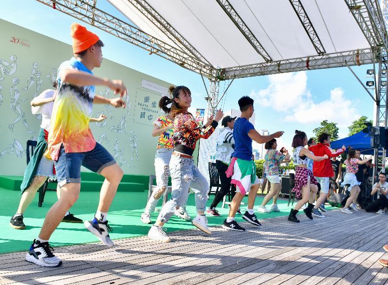 「城市藝裳計劃:樂坐其中」開幕派對今日(七月二十二日)於中西區海濱長廊(中環段)文化廣場舉行。圖示派對上的舞蹈表演。
