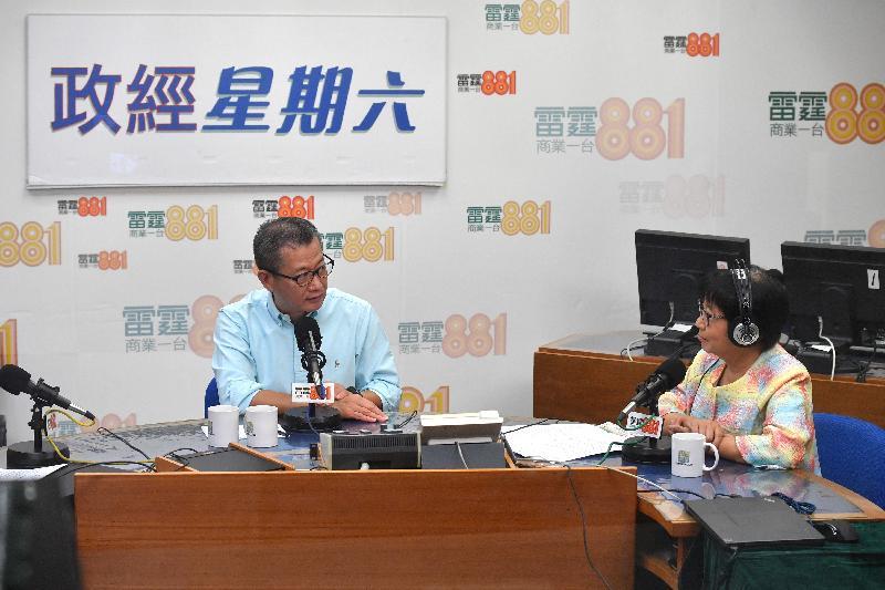 財政司司長陳茂波(左)今早(七月二十二日)出席商業電台節目「政經星期六」。