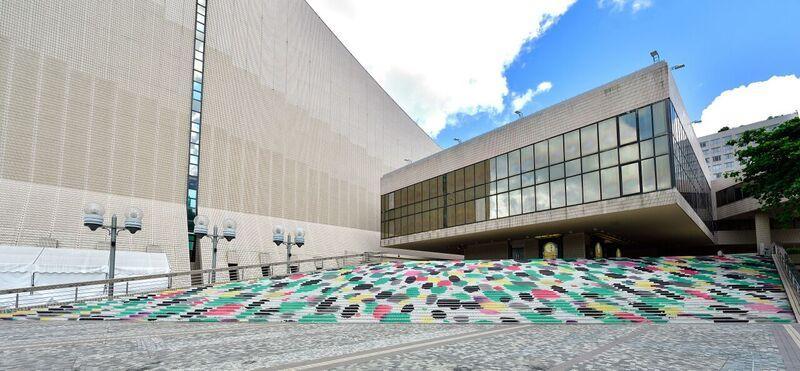 第三季「城市藝裳計劃:藝滿階梯」戶外藝術項目由即日至九月三十日舉行,配合秋季主題,為二十條遍布各區的樓梯穿上花裝。圖示香港文化中心露天廣場的樓梯,以吳冠中《朱顏未改》作裝飾。綠、黃、紫紅色點是作者鮮明的藝術特徵,他將這些色點化作抽象的視覺元素,突顯形式美。